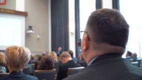 El hombre toma una foto durante una conferencia metrajes