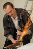 El hombre trabaja con una sierra de la circulación Foto de archivo