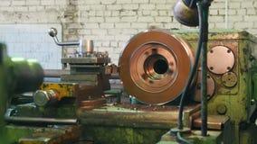 El hombre trabaja en un torno en una planta - vuela microprocesadores del metal almacen de metraje de vídeo