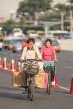 El hombre transporta las cajas con su e-bici en el centro de ciudad, Pekín, China Foto de archivo