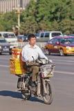El hombre transporta las cajas en una e-bici, Pekín, China Fotografía de archivo libre de regalías