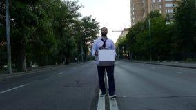El hombre triste con la caja va en el medio del camino almacen de video