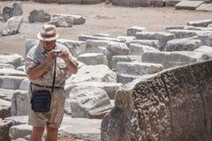 El hombre turístico está tirando las fotos en Ephesus imagen de archivo