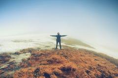 El hombre turístico se coloca en actitud de la libertad Imagen de archivo libre de regalías