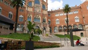 El hombre turístico se relaja en la corte de Hospital de Sant Pau, Barcelona almacen de video
