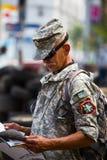 El hombre ucraniano desconocido en uniforme es una demostración del partido en el cuadrado de la independencia Fotografía de archivo libre de regalías