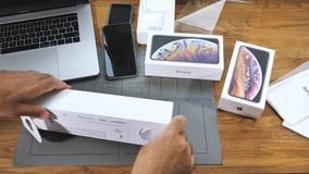 El hombre unboxing desempaquetando nuevo Apple mira la serie 4 metrajes