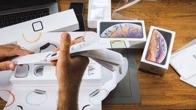 El hombre unboxing desempaquetando nuevo Apple mira serie 4 prospectos, espec., imagen de archivo libre de regalías