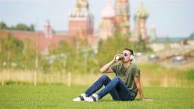 El hombre urbano joven feliz disfruta de su rotura en la ciudad metrajes
