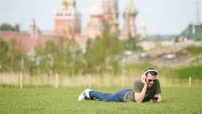 El hombre urbano joven feliz disfruta de su rotura en la ciudad almacen de metraje de vídeo