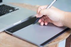 El hombre utiliza la tableta de gráficos Imagen de archivo libre de regalías