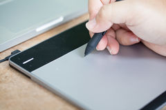 El hombre utiliza la tableta de gráficos Imagen de archivo