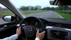 El hombre utiliza el multifuncional en el coche almacen de video