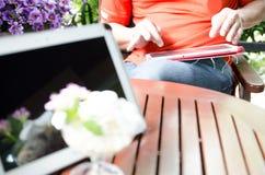 El hombre utiliza una tableta Adminículo moderno a disposición fotos de archivo libres de regalías