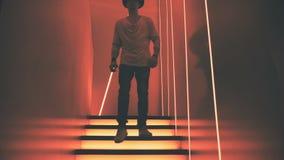 El hombre va abajo de las escaleras en un club nocturno almacen de metraje de vídeo
