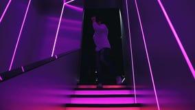 El hombre va abajo de las escaleras en un club nocturno metrajes
