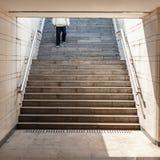 El hombre va abajo en las escaleras Imagen de archivo libre de regalías
