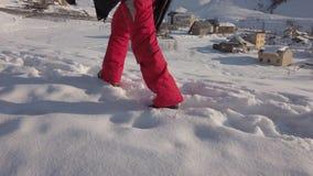 El hombre va en una montaña nevosa del invierno almacen de metraje de vídeo