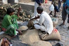 El hombre vende el arroz en la calle Foto de archivo libre de regalías