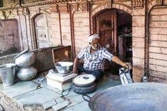 El hombre vende la cuajada en el frente de un Haveli en Bikaner Imagen de archivo libre de regalías