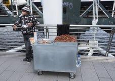 El hombre vende los cacahuetes del azúcar en el puente de los blackfriars en Londres Fotos de archivo libres de regalías