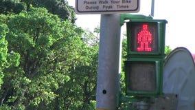 El hombre verde de la señal del semáforo corre en Taipei, Taiwán metrajes