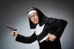 El hombre vestido como monja fotos de archivo