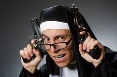 El hombre vestido como monja fotos de archivo libres de regalías