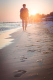 El hombre viaja a la puesta del sol Fotografía de archivo libre de regalías