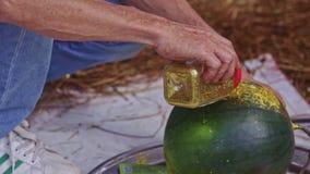 El hombre vierte el polvo de oro a la sandía en contador en Vietnam almacen de video