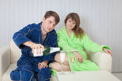 El hombre vierte a la mujer en vidrio un vino espumoso Fotografía de archivo libre de regalías