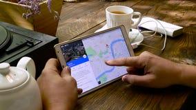 El hombre visita el sitio web de Google Maps almacen de metraje de vídeo