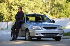 El hombre y el coche Foto de archivo