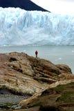 El hombre y el glaciar Imágenes de archivo libres de regalías
