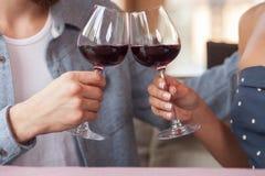 El hombre y la mujer bonitos están bebiendo el alcohol en café Foto de archivo