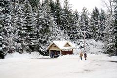 El hombre y la mujer caminan en una escena de la nieve del invierno Imagenes de archivo