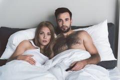 El hombre y la mujer chocados están interesados en diagrama de película Foto de archivo libre de regalías