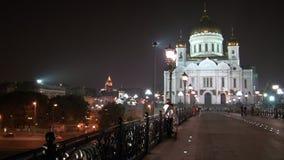 El hombre y la mujer de los pares del amor abrazan cerca de la catedral del salvador de Cristo en Moscú almacen de video