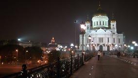 El hombre y la mujer de los pares del amor van a la catedral del salvador de Cristo en Moscú almacen de video