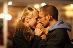 El hombre y la mujer está abrazando en la caída frío nocturna c Fotos de archivo libres de regalías