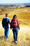 El hombre y la mujer están caminando Imagen de archivo libre de regalías