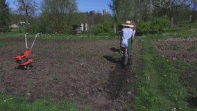 El hombre y la mujer están procesando el suelo