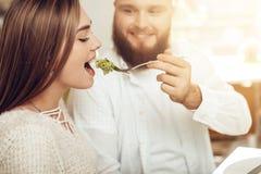 El hombre y la mujer felices almuerzan en un restaurante fotos de archivo