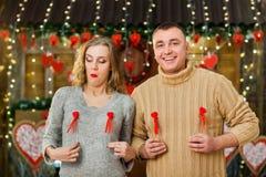 El hombre y la mujer felices celebran día del ` s de la tarjeta del día de San Valentín Imágenes de archivo libres de regalías