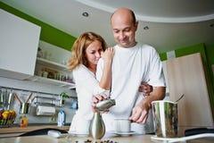 El hombre y la mujer hace el café Fotos de archivo libres de regalías