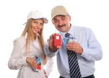 El hombre y la mujer joven con las tarjetas de crédito imagen de archivo libre de regalías