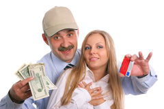 El hombre y la mujer joven con un de la tarjeta de crédito y foto de archivo