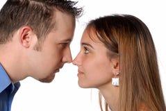 El hombre y la mujer olfatean para olfatear la discusión de asunto Imagen de archivo libre de regalías