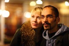 El hombre y la mujer pasearing en frío ciudad de la noche. Foto de archivo libre de regalías