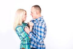 El hombre y la mujer pelean juguetónamente en el estudio imagen de archivo libre de regalías
